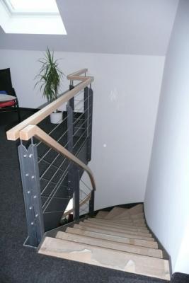Metalltreppe mit Holzstufen