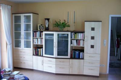 Wohnzimmerschrank in Ahorn-Nußbaum