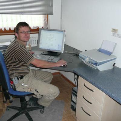 Herr Harzenetter bei der Arbeitsvorbereitung