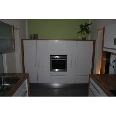 Küche Nussbaum mit weißer Front