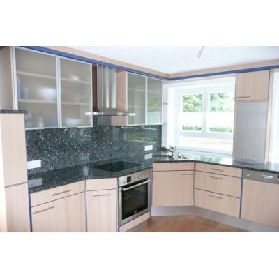 Küche mit Granit-Arbeitsplatte
